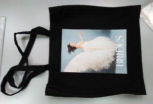 La impressora de tèxtils dtg va imprimir una bossa de mostra negra del client del Regne Unit